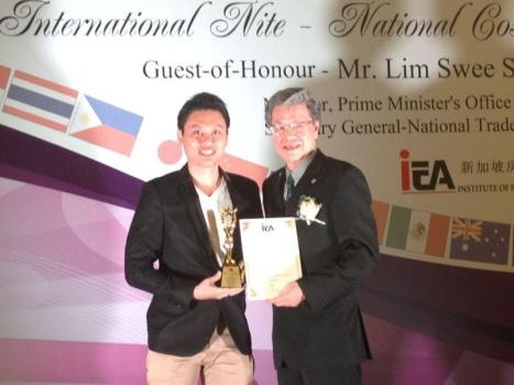 Eugene Receiving IEA Realtor Gold Award at Marina Bay Sands