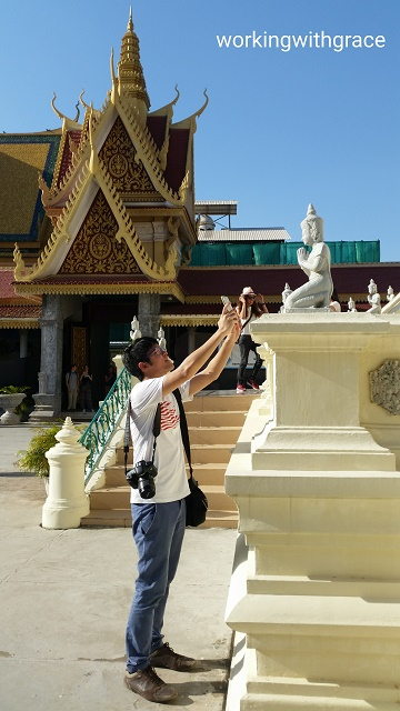 Wow photographing statue