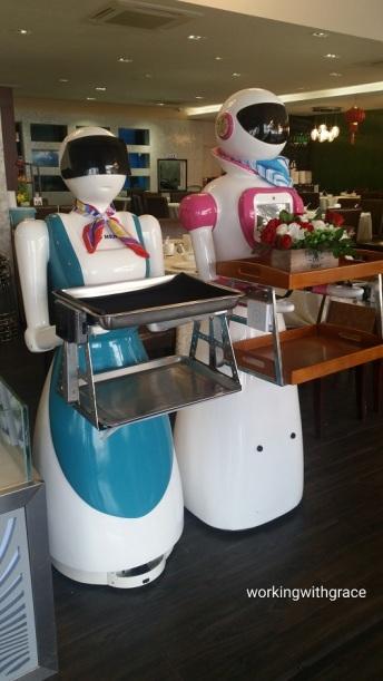 rong heng seafood restaurant robot waiters